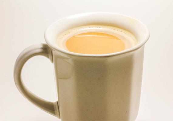 Cukros italokat a terhesség ideje alatt sem jó inni, de ha minden kötél szakad, akkor egy bögre langyos karamellás tej segíthet a székrekedésen.
