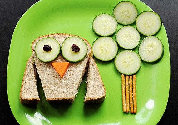 Ezt a cuki baglyos szendvicset úgy csinálhatod meg, hogy az elkészített szendvics két oldalát levágod háromszög alakban, ezek lesznek a szárnyak. A bagoly csőre répából, szeme és a falomb uborkaszeletekből vagy retekszeletekből, a fatörzs ropiból legyen! A bagoly szembogara lehet például egy-egy szem aszalt szilva.