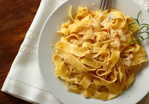 A tészta is kerüljön minél ritkábban az asztalra, hiszen az is káros szénhidrátforrás. 100 gramm krumplis tésztában például 30 gramm, ugyanennyi túrósban 18 gramm, káposztásban 28 gramm szénhidrát van.