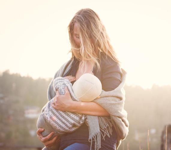 """""""A kisbabám két hónapig inkubátorban volt, és nekem minden este üres kézzel kellett hazamennem. Az egyetlen dolog, amit tehettem, és amitől anyának éreztem magam, az volt, hogy a tejem adtam neki. Ennek köszönhetően képes voltam ilyen hosszú ideig otthon lenni nélküle, míg eljött a nap, hogy hazavihettem."""""""