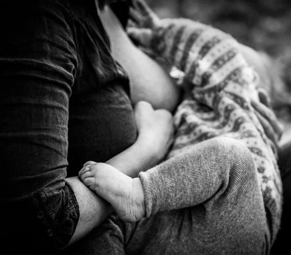 """""""A szoptatás az a pillanat, amikor le kell ülnöm, és képessé kell válnom figyelni erre az aprócska kis emberre, aki a szemembe néz, megérinti a mellkasomat, és mosolyog... Ez a mi különleges módunk annak a kifejezésére, hogy szeretlek."""""""