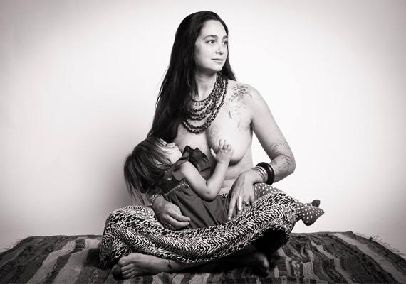 Kendra és gyermeke közös pillanatai egy magával ragadó képen.