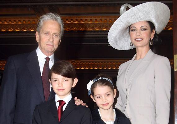 A Beckham fiú mellett a sármos Michael Douglas ritkán látott fia, a 14 éves Dylan is jóképű kissrác. Apjával nem igazán hasonlítanak egymásra, a gyerek inkább anyja, Catherine Zeta-Jones vonásait örökölte. Így is nagyon szép kisfiú azonban, és ha apjától csak kisugárzását örökli, már nyert ügye lesz a lányoknál.