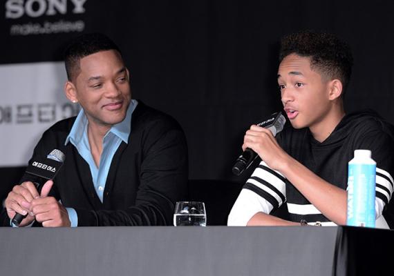 Will Smith és fia, Jaden Smith közös filmjük, a 2013-as After Earth című sci-fi sajtótájékoztatóján adtak közösen válaszokat az újságírói kérdésekre. A színész nem hiába néz ilyen büszkén egyre jóképűbb fiára, hiszen az már majdnem kész férfi, idén 16 éves.
