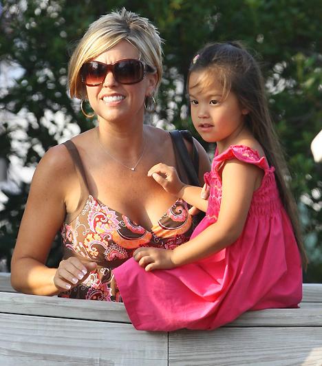 Kate GosselinA népszerű tévésztár nyolc gyermek édesanyja, és Angelina Jolie-val ellentétben egytől egyig ő szülte őket. Ennek ellenére a mama továbbra is csúcsformában van. Cseppet sem elhanyagolt, és még egy-egy nyugodt anya–lánya sétára is jut ideje.