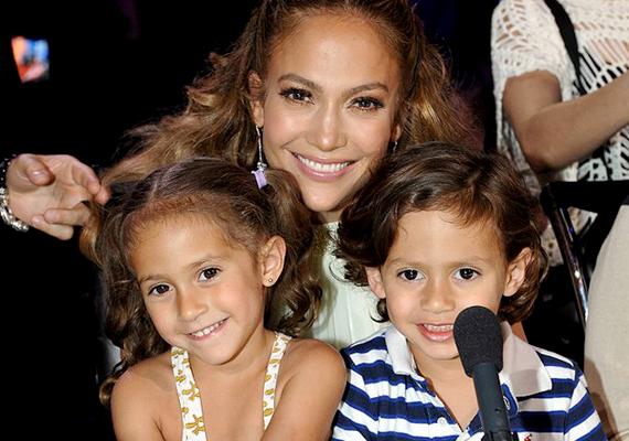 Jennifer Lopez csemetéi, Max és Emme jószerivel bármit megkaphatnak. Így volt ez már születésük előtt is: szüleik egy 3450 dolláros Silver Cross babakocsival készültek az ikrek érkezésére, ami méreteiből adódóan nem is igazán volt alkalmas hétköznapi használatra - inkább csak a kertben lehetett vele lavírozni. Mindenesetre erős kezdés.