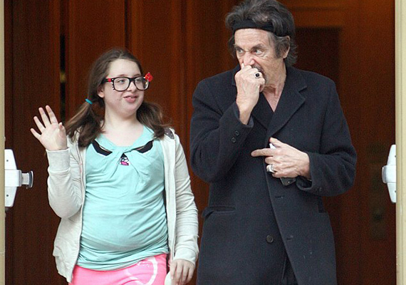 Al Pacino 13 éves lánya, Olivia Rose sem örökölte a híres papa arcvonásait.