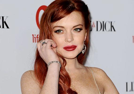 Manapság már jóformán csak botrányairól hallani a vörös hajú színésznőnek, akinek az élete valószínűleg már gyermekkorában félresiklott, amikor édesanyja túl korán bedobta a mély vízbe. Lindsay Lohan négyévesen modell lett, tizenévesen pedig albumot adott ki. Ma drog- és alkoholfüggő botrányhős.