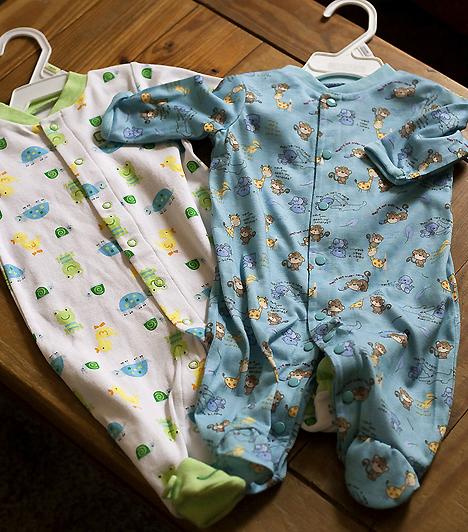 BabaruhaTöbb garnitúra ruhát érdemes magaddal vinned, hiszen a szülés után már pelenkáznod is kell a picit, és olykor bizony az öltözéke is bepiszkolódik.