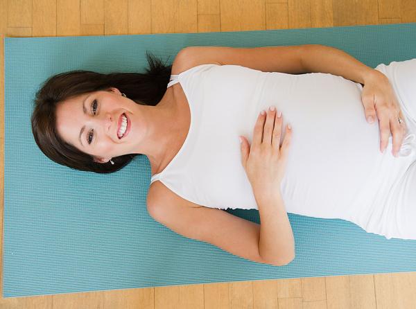 A helyes légzéstechnika a babádnak is nagy segítséget nyújt, hiszen az oxigénben gazdag vérellátás csökkenti a stressz hatásait a szervezetben. A lassú, mély hasi légzéstől pedig jobban felengednek a záróizmok.