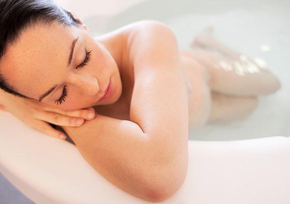 A víz remek feszültségoldó, és a fájdalmat is csillapítja. Ellazít és megnyugtat, ha vajúdás közben beleülsz egy kád meleg vízbe. Az is fontos, hogy gyakran ismételgetve igyál pár korty vizet, hiszen a szülési folyamat megterheli a szervezetet, így sok folyadékot veszítesz.