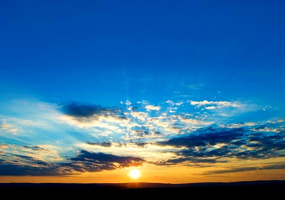 Fent lakom az égen, melegít a fényem, sugárból van bajszom, este van, ha alszom.