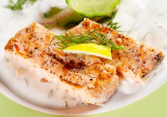 Hal                         Az agy alkotóelemeit tekintve nagy mennyiségű omega-3-ból és omega-6-ból is áll, nem is csoda, hogy a táplálék formájában bejuttatott omega-3 olyan hasznos és értékes a szellemi fejlődés szempontjából. Sok van belőle például a halban.