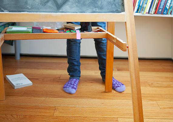 Ha otthon mindent megtanul, de a tanár néni előtt csak hebeg-habog, megintcsak is a stressz lehet a háttérben. Ebben az esetben ne csak gyakoroljatok otthon, hanem játsszátok is el a felelési szituációt, hogy a kicsi leküzdje lámpalázát, és több sikerélménye legyen. Tedd könnyedebbé és játékosabbá a tanulást, így feloldódhat benne a feszültség.