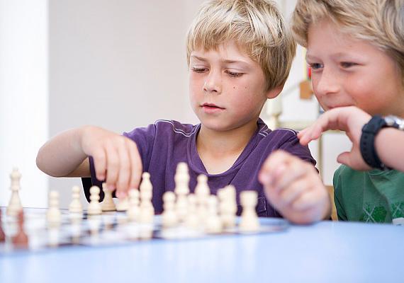 A képességfejlesztő és logikai játékok kombinatív gondolkodásra ösztönzik a gyereket, illetve fejlesztik a memóriáját. Az efféle képességeket pedig a tanulás során is jól hasznosíthatja. Ráadásul a játék közben szerzett sikerélmények növelhetik az önbizalmát, így a nehéznek tűnő házi feladatoktól sem fog megriadni, hanem a megoldást keresi majd.