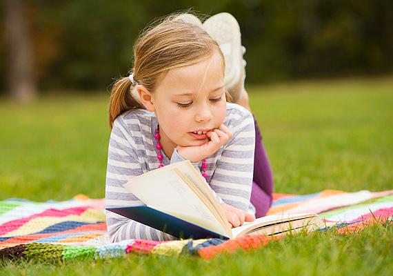 Ha látod, hogy fáradt a gyerek és nem igazán lehet terhelni, egy kicsit mozdítsd ki a szabadba. A könnyebb leckéket akár kint, a parkban is átolvashatjátok, ha lehetőségetek adódik rá, hiszen a változatosság gyönyörködtet, a friss levegő pedig felélénkíti a fásult agytekervényeket.