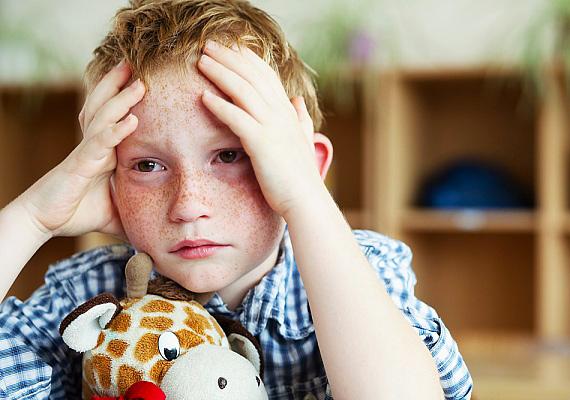 A szorongó kisgyerekek gyakran rágörcsölnek a tanulásra, mert mindenben meg akarnak felelni, viszont nincs elég önbizalmuk ahhoz, hogy könnyedén vegyék az akadályokat. Vedd észre időben, ha stresszel a gyerek, és segíts neki abban, hogy magabiztosabb legyen: nem kell ok nélkül dicsérgetni, de kíméld meg a túlzó elvárásoktól, és éreztesd vele, hogy ő is képes a feladatra.