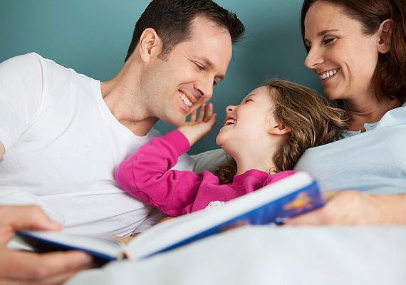 Kell, hogy a gyereknek legyen saját ideje, amit a barátaival, a családjával vagy a saját fantáziavilágával tölthet. A monoton tanulás romboló hatású, idegileg, lelkileg is felőrölheti a porontyot. Néha szakítsátok meg, és csináljatok közös programot. A vidám mókázás feltölti energiával a lurkót, így kisangyalként fog tanulni.