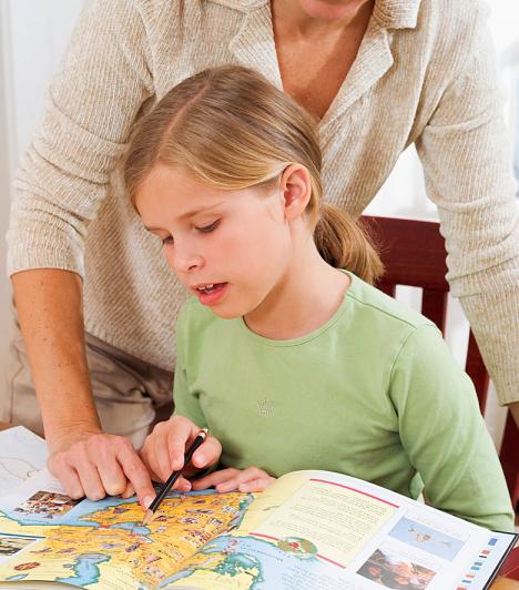 Te is segíthetsz  Ha azt látod, a gyerek nem boldogul a leckével, érdemes odamenned hozzá, és megpróbálni elmagyarázni neki, amit nem ért. Lehet, hogy csak azzal, hogy más irányból közelíted meg, másképp magyarázod az adott dolgot, már meg sikerül értetned vele. Ugyanígy nagyon hasznos tud lenni a lecke kikérdezése is. Segít memorizálni és értelmezni.