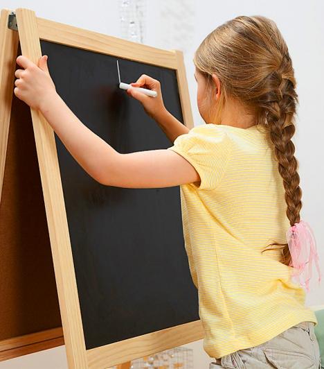 Tábla  Az írni tanuló kisgyerekeknek nagyon sokat segíthet, ha van lehetőségük nagyban, sokszor egymás után leírni az éppen tanult betűt. Ehhez jó segítség egy hagyományos tábla. Így sokkal jobban megmaradnak a gyerek fejében a betűk tulajdonságai. Lehet kapni csíkozottat is, az abban is segít, hogy a vonalas füzetben jól helyezze majd el a betűket.