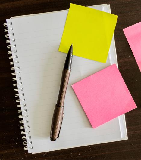 Post it, notesz  A hatékony tanulás alapköve, hogy a gyerek megtanulja rendszerezni mindazt az anyagot, amellyel találkozik a könyveiben. Cédulákkal érdemes bejelölgetni az egyes témákat, a megértést könnyítő magyarázó megjegyzéseket fűzni, ahol szükséges, és persze a lényeget megtanulni kiszűrni a hosszú anyagból. Ebben jó segítség a post it és néhány notesz.
