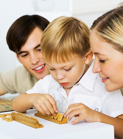 Szókirakós játékok  Az írni tanuló gyerek a betűk szavakká összerakását, a már író a szótagolást, a nagyobbacska a helyesírást gyakorolhatja játszva a különböző szókirakós játékokkal. Családi kikapcsolódásnak sem utolsó, és a gyerek észre sem veszi, hogy játék közben gyakorol.