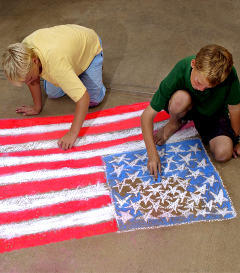 Egyszerű rajzeszközök  A történelmi eseményeket jobban memorizálhatja a gyerek, ha le is rajzol egy csatajelentet vagy egy hadvezért például, de a földrajzban a különböző országok zászlóinak memorizálásában is segíthet, ha a gyerekkel megpróbálod lerajzoltatni az egyes zászlókat.