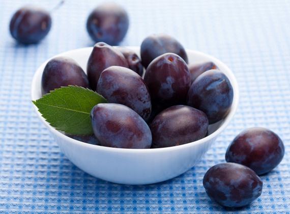 A szilvában jelentős mennyiségben találhatóak rostok, valamint a gyümölcs szorbittartalma is kiemelkedő - ez a természetes szénhidrát pedig könnyen emészthető a szervezet számára, és lazábbá teszi a székletet. A legjobb frissen, de ha éppen nincs szezonja, választhatsz mirelitet, szilvalekvárt vagy aszalt szilvát is. Ez utóbbiból kellemes ízű italt is készíthetsz: néhány szemet áztass be éjszakára két-három deci vízben, majd reggel fogyaszd el.