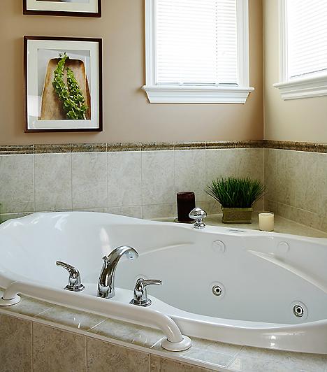 FürdőA hideg-meleg váltott fürdő hatására vénáid összehúzódnak, vérkeringésed pedig felgyorsul, ami csökkenti a visszeres tüneteket. Egy lazító fürdő azonban a derékfájással is csodákat művel.