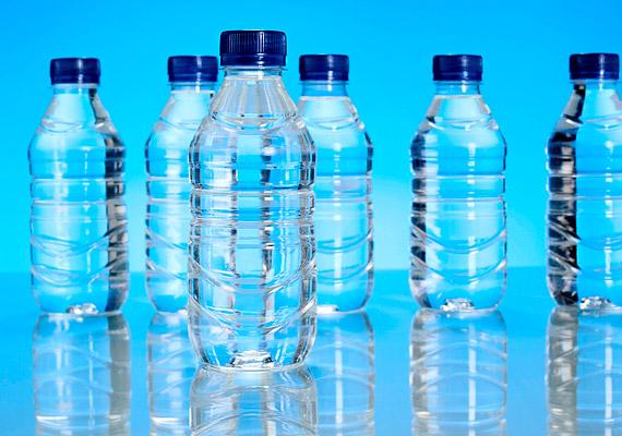 Ha nem bírod az ízes italokat, fogyassz ásványvizet, de ezúttal szénsavasat, az ugyanis segíthet az émelygés leküzdésében.