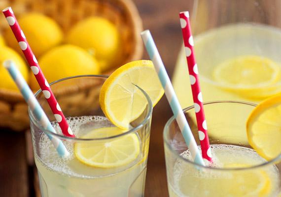 A citromos víz is hasonlóan jó lehet, ha rosszullét kínoz.