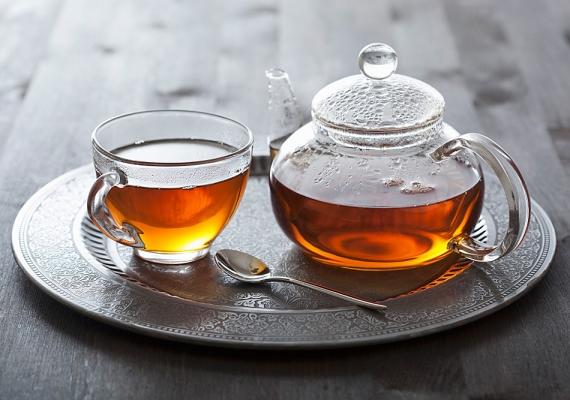 Ha lassan elkortyolgatsz egy csésze nem túl markáns ízű, langyosra hűlt vagy hideg teát, émelygésed csillapodhat.