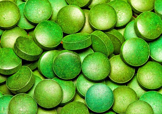 Az alga egyebek mellett feszesítő hatással is bír. Külsőleg használhatsz algakrémet, belsőleg a növény kivonatát tartalmazó készítményt fogyaszthatsz – ez utóbbi gyógynövény- és bioboltokban tudod beszerezni.