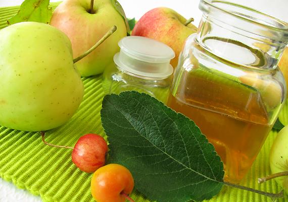 Az almaecet megköti az öregedésért felelős szabadgyököket. Rendszeres fogyasztásával elérheted, hogy mindenhol szebb lesz a bőröd, beleértve a dekoltázsodat is. Egy evőkanál almaecetet oldj fel két deciliter vízben - ha savanyúnak érzed, ízesítsd egy pici xilittel -, és fogyaszd naponta.