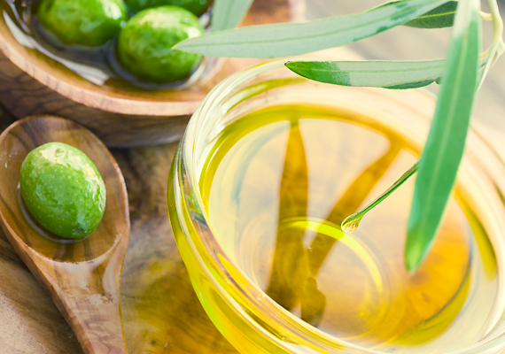 Az olívaolaj külsőleg feszesít, még jobban jársz azonban, ha rendszeresen fogyasztod, például salátákkal, de akár magában is lecsúszik napi egy kanálnyi. A mediterrán nők rendszeresen élnek ezzel a praktikával - nem véletlenül olyan szép a bőrük.