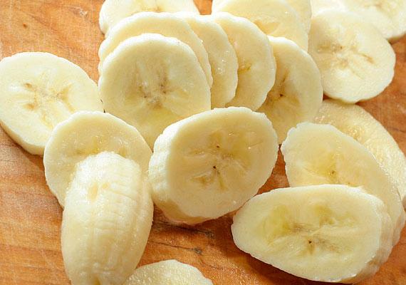 A banán remek hidratáló és antioxidáns tulajdonságokkal rendelkezik, ha pépesíted, már kész is a pakolás, amit negyed óráig hagyj a melleden, majd mosd le.