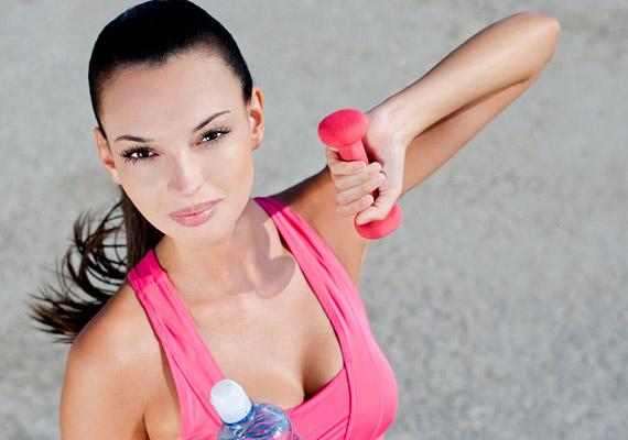 A mozgást nemigen érdemes megspórolni. A leghatásosabb mellizom-erősítő gyakorlat a fekvőtámasz – ha erre semmiképpen sem érzel késztetést magadban, választhatod a súlyzózást is. Fogj két könnyebb súlyzót, állj kis terpeszben, lógasd a tested mellett a karjaidat. Emeld lassan vízszintesig a súlyzókat, majd engedd vissza őket lassan. Fontos, hogy az emelésnél ne lendületből dolgozz.