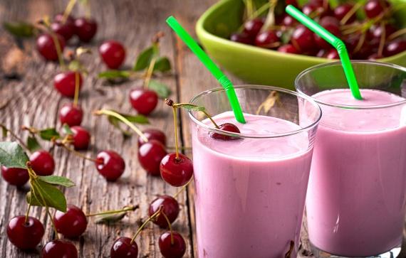 A meggy igazi vitaminbomba, de ha gyermeked ódzkodik kissé fanyar ízétől, választhatod a hasonlóan egészséges cseresznyét, ami már önmagában is elég édes - elég egy kis vízzel összeturmixolnod, és már kész is az ínycsiklandó édesség. Ízesítheted kevés vaníliaporral vagy fahéjjal is. Ha az említett gyümölcsöknek éppen nincs szezonja, a mirelit is tökéletesen megfelel a célnak, hiszen ezek a termékek csaknem teljes mértékben megőrzik eredeti vitamintartalmukat.