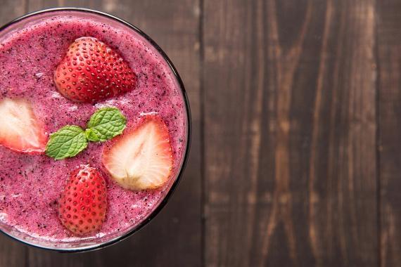 Fagyit is készíthetsz színes gyümölcsökből, ha negyed óra-fél óra erejéig a mélyhűtőbe teszed, majd kivéve egy-két banánnal összeturmixolod őket. Ha nincs szezonjuk, nyugodtan használhatsz mirelitet is, nagyjából félig felengedett állapotban. Az így kapott hűsítő édesség nemcsak szuperegészséges, de roppant gazdaságos is - két-három gombócnyi hagyományos fagylalt áráért emberes mennyiséget kapsz.