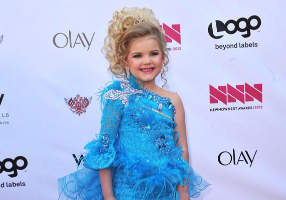 Eden Wood hatéves korára mintegy háromszáz szépségversenyt nyert meg a tengerentúlon, anyuka hathatós asszisztenciájával.