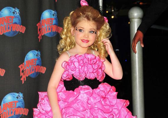 Jesabelt egészen Barbie babásra sikerült maszkírozniuk a szakembereknek. Kár volt a fáradságért - a kislány sokkal szebb lenne frizura és smink nélkül.