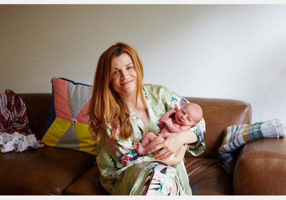 A boldogság és kialvatlanság tökéletes babás-mamás elegyét adja vissza Marley és Etta képe.