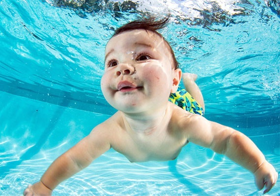 A képsorozattal az volt a célja a fotósnak, hogy felhívja rá a figyelmet, az USA-ban az egy és négy év közötti kicsik körében az egyik vezető halálozási ok a vízbe fulladás.