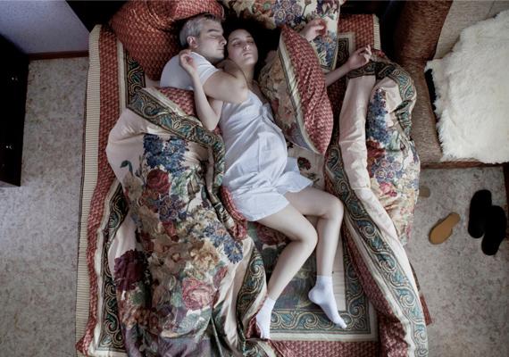 """""""Volt valami lenyűgöző, valami varázslatos alvópózaikban, testük szimmetriájában"""" - emlékezett vissza a fotós."""