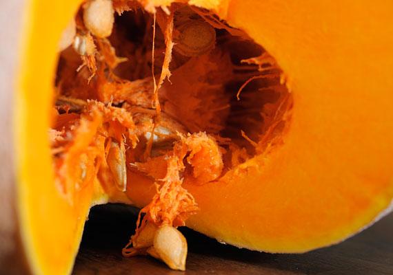 Bár most nincs szezonja, más vitaminok mellett a tök nagyszerű vasforrás is, ezért jó eszköze lehet a vérszegénység elleni küzdelemnek. A sütőtököt nemcsak szimplán megsütve, hanem akár süti formájában is adhatod a kicsinek, de remek tökös recepteket találsz itt is.