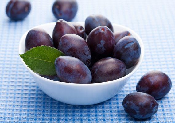 Ha a szőlőt megjegyezted, jegyezd meg a szilvát is, ugyanis ez is gazdag tápanyagforrás. Aszalt formában addig is beszerezheted az üzletekben, és mazsola mellett tehetsz aszalt szilvát is a teljes kiőrlésű sütikbe, amit a kicsinek sütsz.