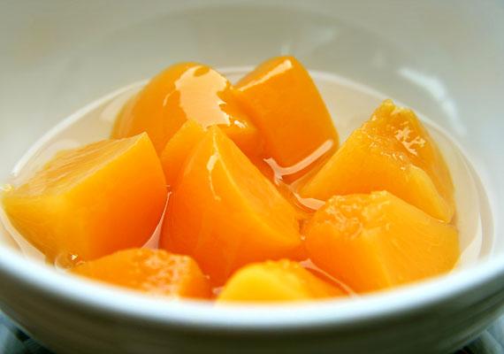 A gyümölcsök fogyasztása kifejezetten javasolt, hiszen a bennük lévő C-vitamin elősegíti a vas felszívódását - ám ez csak a hőkezeletlen gyümölcsökre igaz. A befőttek vitamintartalma sajnos nagyrészt elvész, mire az asztalra kerülnek. Cukor viszont annál több van bennük.