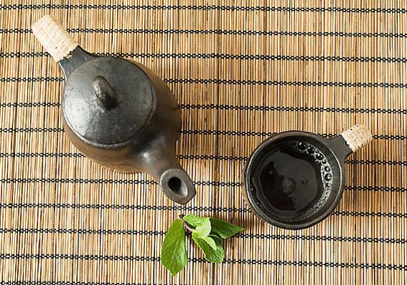 Bár nem étel, sok gyerek kap rendszeresen teát, pedig az abban lévő tannin vegyület meggátolja, hogy a szervezetbe került vas felszívódjon, ez pedig hosszú távon vérszegénység kialakulásához vezethet. Részesítsd előnyben a gyümölcsteákat.
