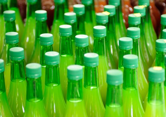 Ahogy a bolti gyümölcslevek sem feltétlenül bővelkednek gyümölcsben, viszont cukrot jellemzően tartalmaznak. Megoldás a 100%-os verzió, illetve a házi facsarás.