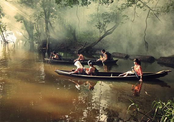 Diákok a vízen Riauban, Indonéziában, úton az iskola felé.
